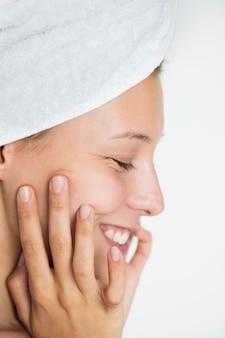 Portret van witte vrouw die haar dagelijkse skincareroutine doet