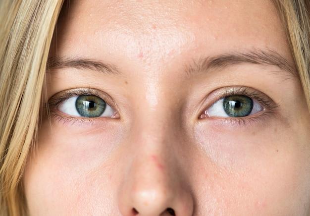 Portret van witte vrouwenclose-up op ogen
