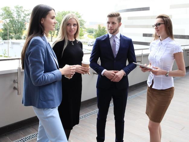 Portret van zakelijk team buiten kantoor