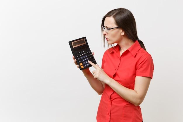 Portret van zakelijke leraar of accountant vrouw in rood shirt, bril met rekenmachine in handen geïsoleerd op een witte achtergrond. onderwijs onderwijzen in middelbare school universiteit, boekhoudkundige telling concept.