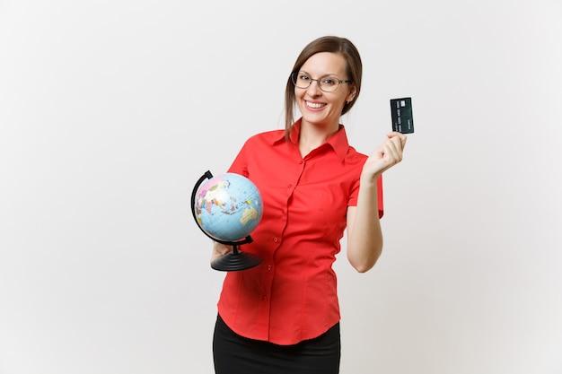 Portret van zakelijke leraar vrouw in rode shirt rok bril met globe en creditcard geïsoleerd op een witte achtergrond. onderwijs onderwijzen in middelbare school universiteit, toerisme, studeren in het buitenland concept.