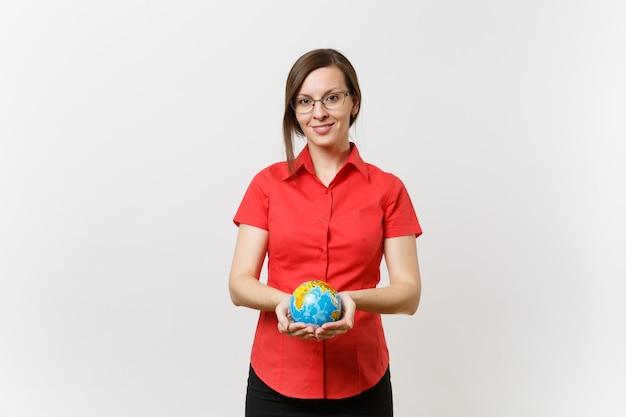 Portret van zaken of leraar vrouw in rood shirt houden in handpalmen earth globe geïsoleerd op een witte achtergrond. probleem van milieuvervuiling. stop natuurafval, milieubeschermingsconcept.