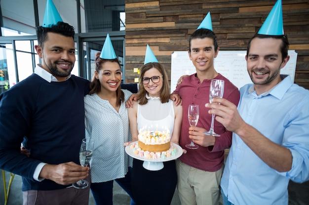 Portret van zakenlui die de verjaardag van hun collega's vieren