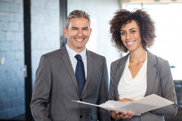 Portret van zakenman en collega met documenten