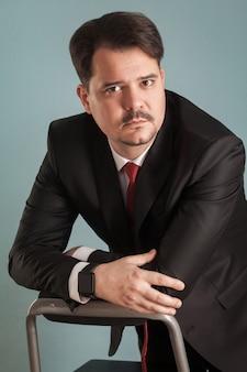 Portret van zakenman in klassiek stijlvol pak