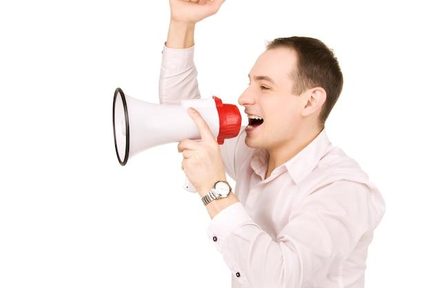 Portret van zakenman met megafoon over witte muur