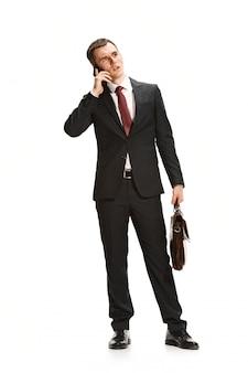 Portret van zakenman met werkmap op wit