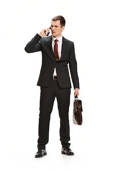 Portret van zakenman met werkmap op witte muur