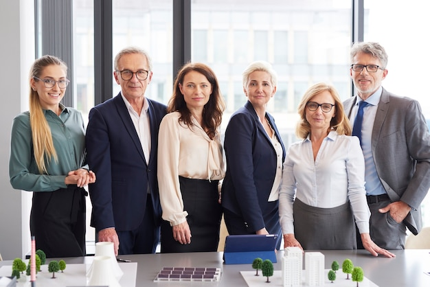 Portret van zakenmensen in vergaderruimte
