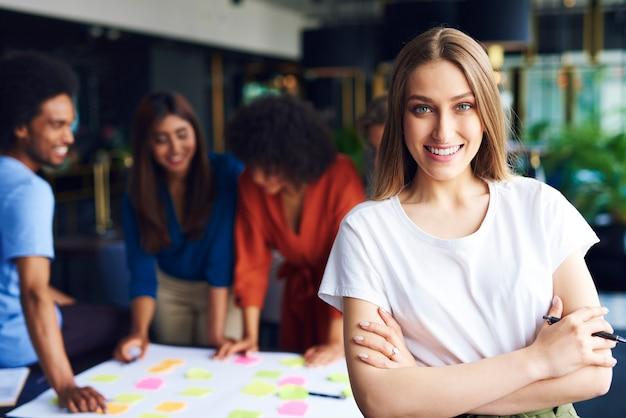 Portret van zakenvrouw beheert de vergadering