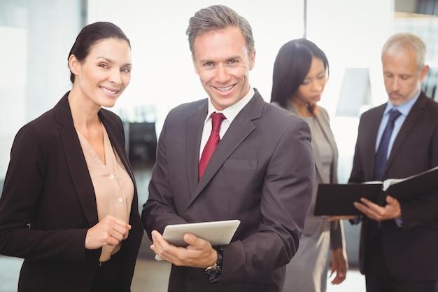 Portret van zakenvrouw en zakenman met digitale tablet