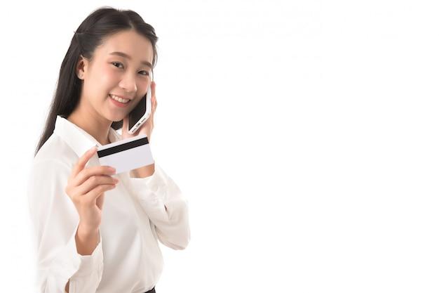 Portret van zakenvrouw met blanco visitekaartje en gebruik smartphone op wit