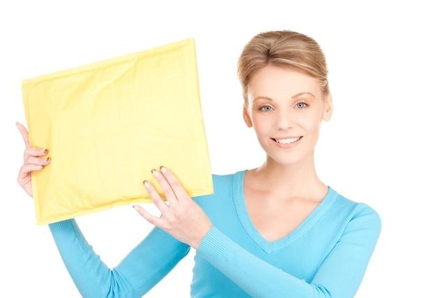 Portret van zakenvrouw met pakket over witte muur