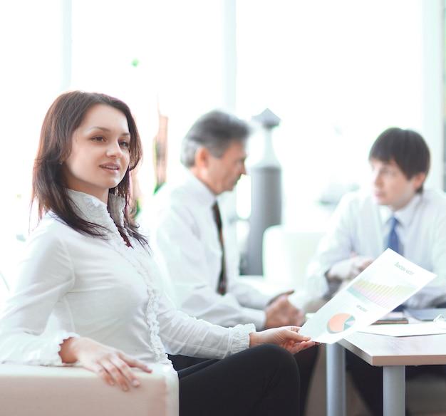 Portret van zakenvrouw op de achtergrond vancollega's.foto met kopieerruimte