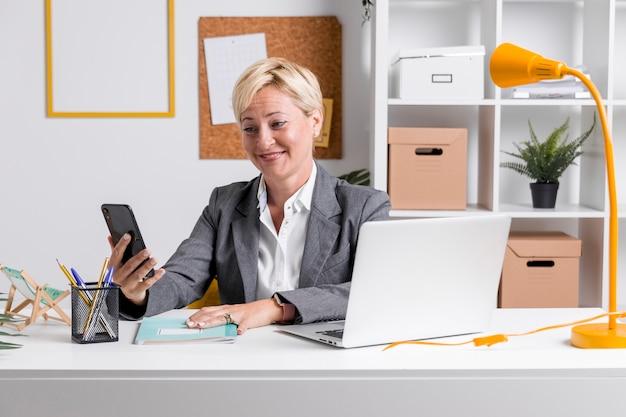 Portret van zakenvrouw op het bureau