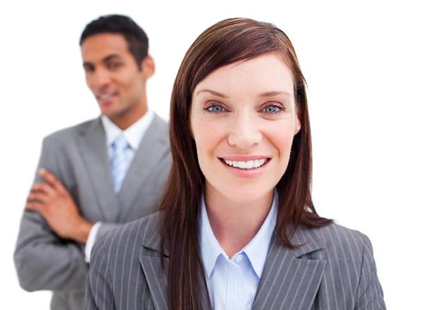 Portret van zakenvrouw poseren voor haar collega