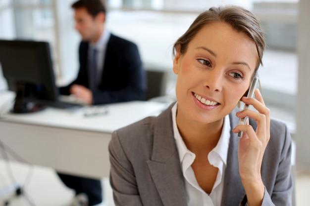 Portret van zakenvrouw praten op mobiele telefoon