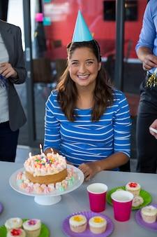 Portret van zakenvrouw viert haar verjaardag