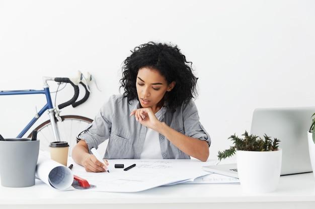 Portret van zeker ernstige gemengde ras vrouwelijke hoofdingenieur die vrijetijdskleding draagt