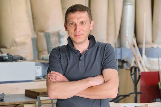 Portret van zekere eigenaar van industriële kleine onderneming