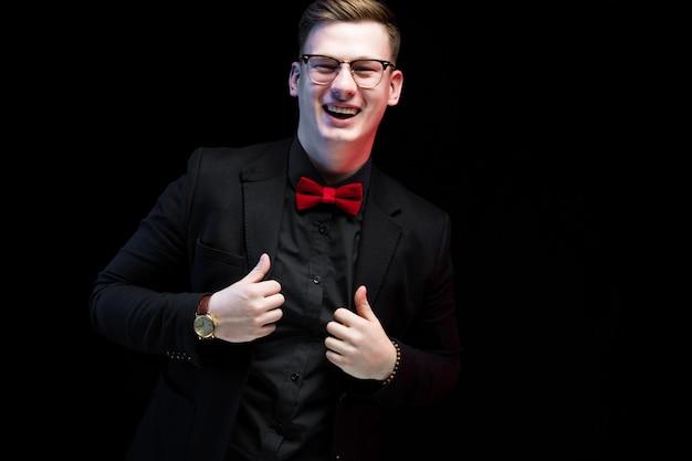 Portret van zekere knappe opgewekte gelukkige elegante verantwoordelijke zakenman met omhoog duimen