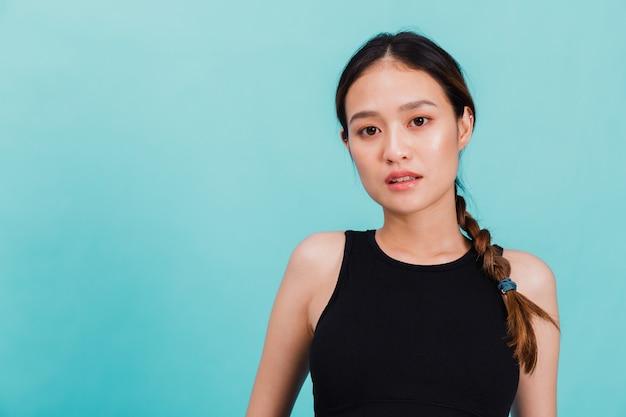 Portret van zekere mooie aziatische geschiktheidsvrouw die zich na oefening bevinden