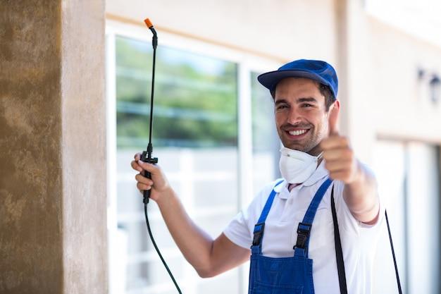 Portret van zekere pesticidewerker met omhoog duimen
