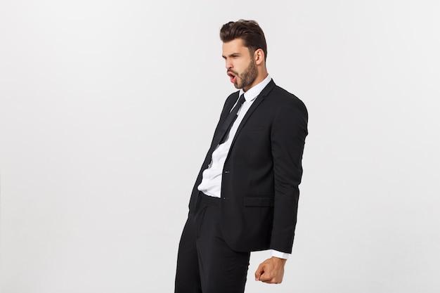 Portret van zekere rijpe zakenman in formele status geïsoleerd over witte muur