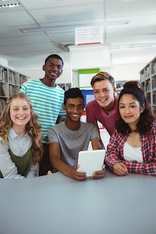 Portret van zekere studenten die aan bureau zitten