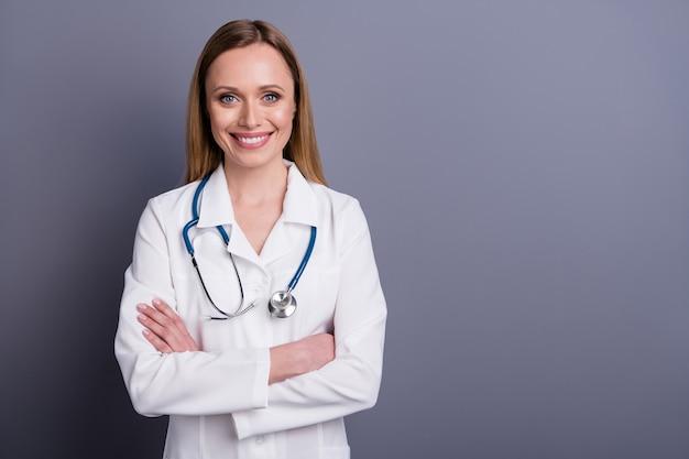 Portret van zelfverzekerd blond meisje doc gekwalificeerde specialist deskundige gevouwen armen