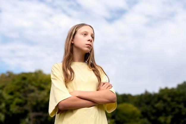 Portret van zelfverzekerd meisje met kopieerruimte