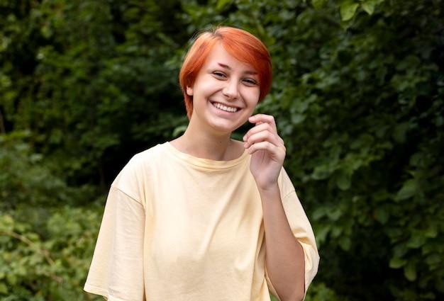 Portret van zelfverzekerd roodharig meisje buitenshuis