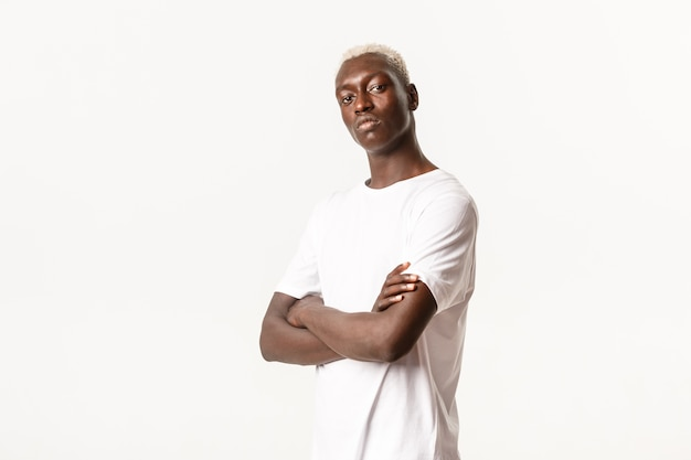 Portret van zelfverzekerde assertieve afro-amerikaanse man met blond haar
