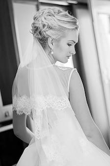 Portret van zelfverzekerde bruid. zwart-wit fotografie