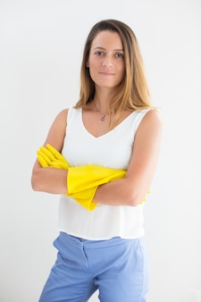 Portret van zelfverzekerde huisvrouw in rubberen handschoenen