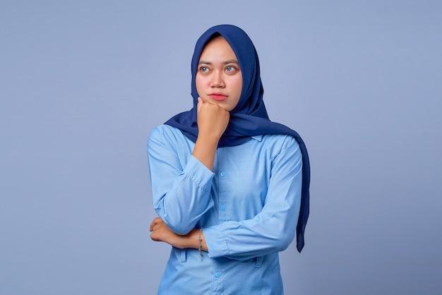 Portret van zelfverzekerde jonge aziatische vrouw die hijab . draagt