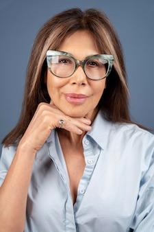 Portret van zelfverzekerde senior vrouw poseren