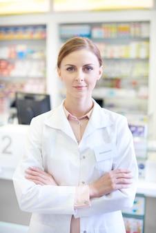 Portret van zelfverzekerde vrouwelijke apotheker