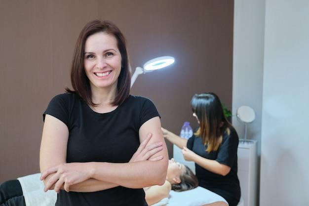 Portret van zelfverzekerde vrouwelijke specialist in spa schoonheidssalon