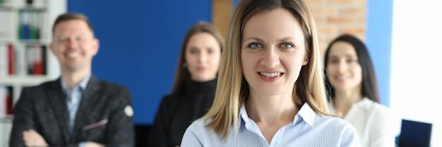 Portret van zelfverzekerde zakenvrouw achter business team