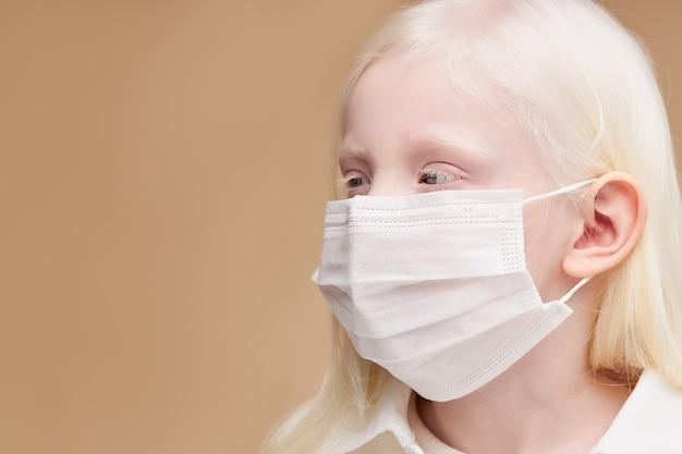 Portret van ziek kaukasisch kind in masker close-up