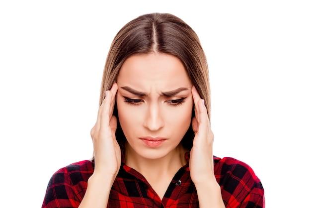 Portret van zieke jonge vrouw met sterke hoofdpijn