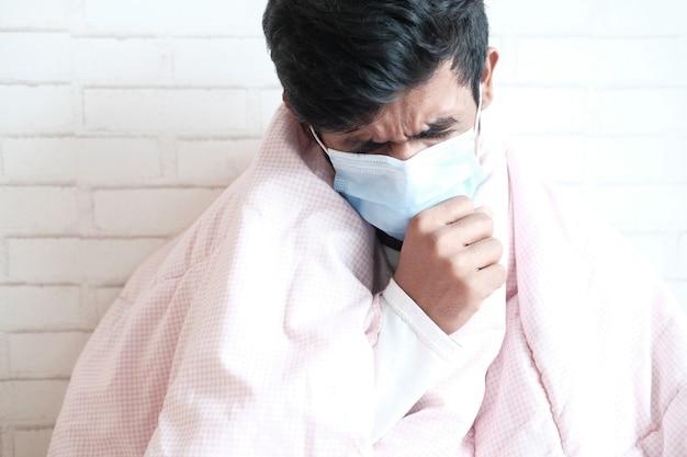 Portret van zieke man niest en hoest,