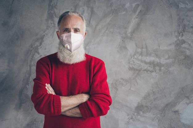 Portret van zijn aardige oudere grijsharige man met n95 gasmasker co2 luchtvervuiling gevouwen armen risico ziekte ziekte ziekte groep sociale afstand geïsoleerde grijze kleur betonnen muur achtergrond