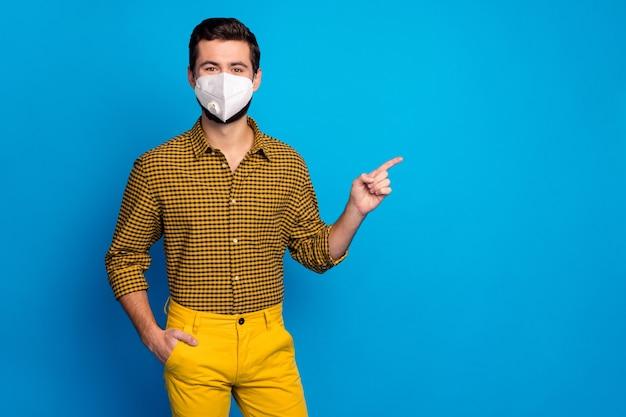 Portret van zijn gezonde, tevreden man met een herbruikbaar veiligheidsmasker van n95 die laat zien hoe oplossing mers cov stop pandemie besmetting rookkanaal grippe gezondheidszorg geïsoleerd over blauwe kleur achtergrond