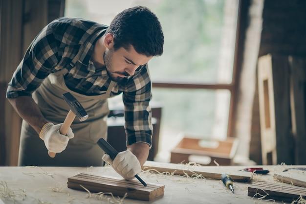 Portret van zijn hij mooie aantrekkelijke gerichte ervaren professionele kerel deskundige specialist maken van project opstarten nieuw modern huis huis ontwerp op moderne industriële loft-stijl interieur binnenshuis