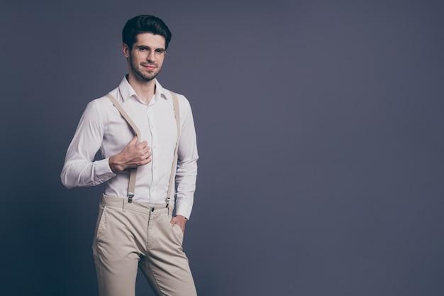 Portret van zijn hij mooie aantrekkelijke professionele imposante elegante luxe brunette kerel bedrijfseigenaar agent makelaar poseren.