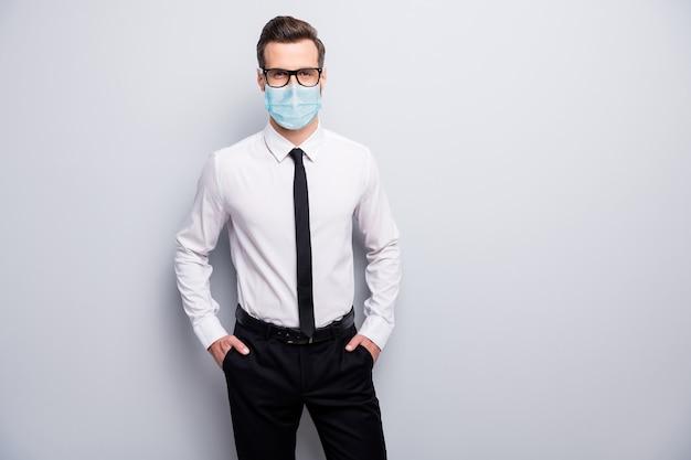 Portret van zijn zakelijke man met gaas veiligheidsmasker stop pandemie virale longontsteking griep griep griep griep infectie gezondheidszorg gezond leven geïsoleerde grijze kleur achtergrond