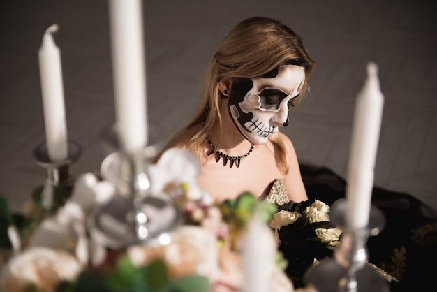 Portret van zombievrouw met geschilderd schedelgezicht