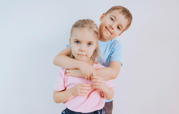 Portret van zus en broer samen thuis
